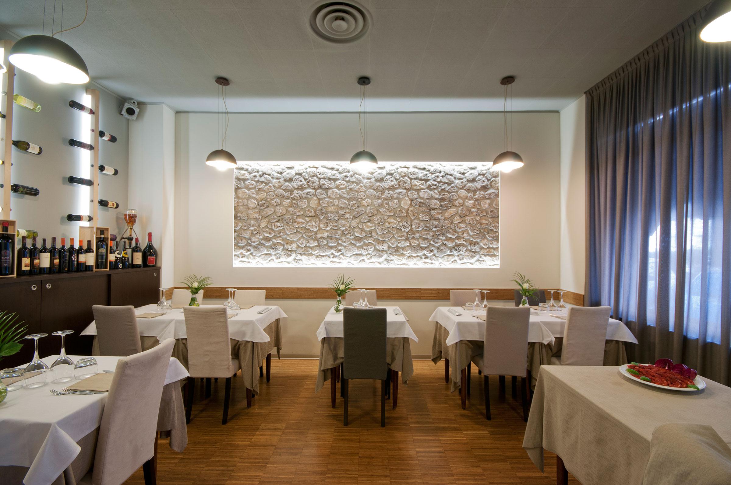 Sala ristorante ristorante delfino milano for Arredamento sala ristorante